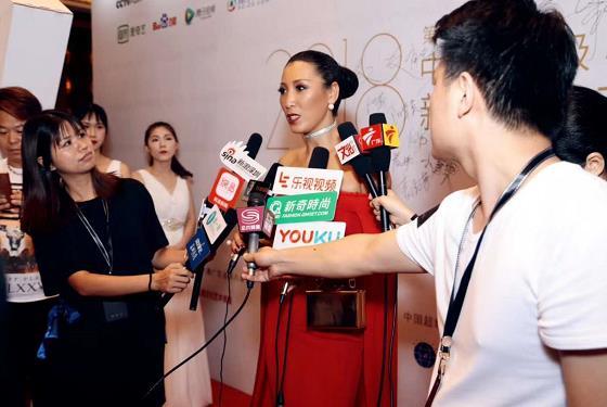 唐拉拉参加第十三届世界超模大赛现场接受采访