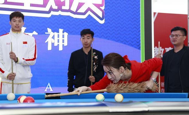 潘晓婷亮相开幕仪式 用鸡毛掸子做球杆上演趣味台球