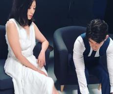 贾静雯穿深V洋装露纤细美腿 修杰楷在旁低头猛看