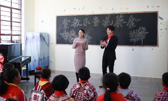 李云迪探访云南乡村小学 以音乐力量助力乡村教育
