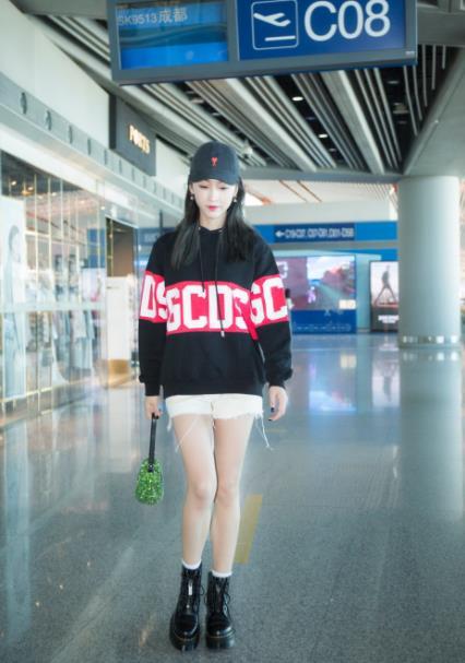 宣璐机场经典黑白配 身着卫衣出镜漫画腿瞩目!