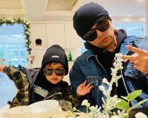 周杰伦晒照带小小周吃早餐 父子俩戴墨镜齐扮酷