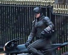 新版《蝙蝠侠》片场照再曝光 硬核摩托抢镜