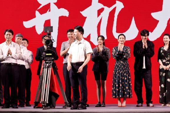 张艺上电影《扫黑行动》开机 低调谦和出席发布会