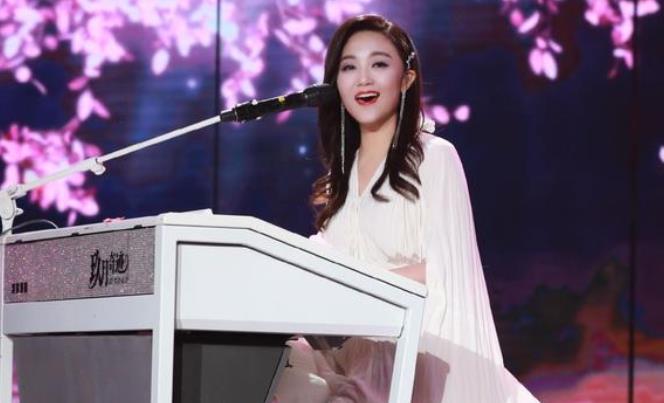 玖月奇迹王小玮《荷花谣》舞台曝光 白色披风长裙温柔养眼